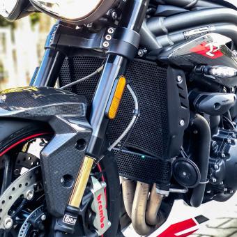 Kolejnym etapem personalizacji Speed'a bylo zabezpieczenie dość delikatnych aczkolwiek niezastąpionych elementów motocykla. Dzięki osłonom EVO-TECH PERFORMANCE zabezpieczyliśmy chłodnicę wody i oleju. Kto przyjął kamień na jeden z Tych elementów wie o czym mówię. Link do oferty w naszym BIO 👈 @evotechperformance #speedtriplers #oslonamotocykla #ochronamotocykla #oslonachlodnicy #evotech #evotechperformance