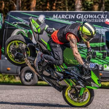 Dziękujemy Marcinie za przesłanie czaderskich fot 🤟. Widzę, że wydech @scorpionexhausts polubił się z Twoją zieloną jaszczurą 😍.Takich umiejętności jakie ma @m_glowacki_ niejeden pozazdrości. Jakbyś kiedyś otworzył szkołę stuntu to ja jestem chętny 💪.Zdjęcia wykonane od WALERCZUK.COM 🔥#motocykl #motocykle #stunt #stuntmoto #wydechmotocyklowy #tlumik #wydech #wydechymotocyklowe #motocyklista #stunter