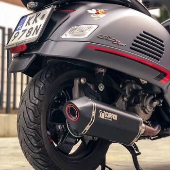 Miodzio czy nie miodzio 🧐 ?Naszym zdaniem Vespa + czorny SCORPION z piekła rodem prezentują się świetnie 🤟.#vespagts #vespagts300 #motocykle #układwydechowy #tlumikscorpion #scorpionexhaust @vespapolska @scorpionexhausts