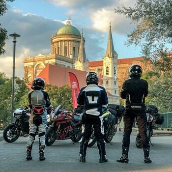 Nasza tegoroczna przygoda rozpoczęta i pierwsze setki kilometrów za nami.Trip motocyklowy to niesamowite przeżycie … ogólnie polecam, a im dalej tym lepiej!👍#epictrip #tripmotocyklowy #motocykle #motocykl #motocyklista #triumphspeedtriple #hondadeadpool #ktm1290superduker #suzukivstrom650