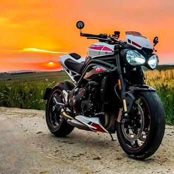 Gwiazdor o zachodzie słońca. Niby lało przez pół dnia ale udało się załapać na Happy End 🤩#triumphspeedtriple #triumphspeedtriplers #speedtriplers #motocykl #motocyklista #motocykle #scorpionexhaust #barracudamoto@scorpionexhausts @barracudamotopolska @stompgrip @trilobitefashion @triumphpoland